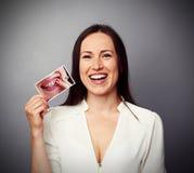 拿着与肮脏的黄色牙的妇女图片 免版税库存图片