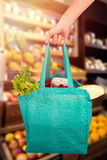 拿着与菜的人的播种的手的综合图象袋子 免版税库存照片