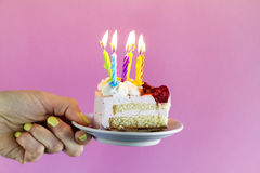 拿着与许多的女孩美丽的开胃生日蛋糕对光检查 库存图片
