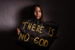 拿着与题字的无神论者的青少年的女孩一副横幅 图库摄影