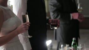 拿着与饮料的客人玻璃在他们的手上 股票视频