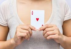 拿着与组合的少妇手中啤牌卡片的充分 免版税库存图片