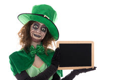 拿着与copyspace的绿色恶鬼女孩板岩,在wh 免版税库存图片