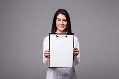 拿着与desease病症文件的年轻女性医生空的文件夹  由笔空白剪贴板的专家点 医疗的妇女 免版税库存图片