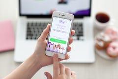 拿着与Viber的妇女iPhone 6S罗斯金子在屏幕上 库存照片