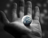 拿着世界。 免版税库存照片
