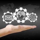 拿着世界和电子邮件的手。 免版税库存照片