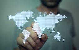 拿着世界地图的人 免版税库存图片