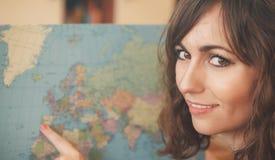 拿着世界地图的可爱的妇女 图库摄影