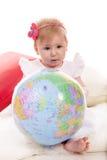 拿着世界球的女婴 免版税库存图片