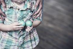 拿着两个复活节彩蛋的男孩-减速火箭 免版税库存图片