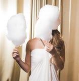 拿着两个棉花糖的新娘 库存照片
