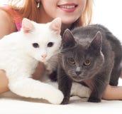 拿着两只猫的女孩 免版税图库摄影