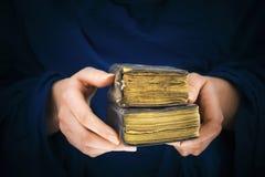 拿着两本旧书的妇女的手 库存图片