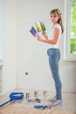 拿着两种颜色的调色板的美丽的妇女 免版税库存图片
