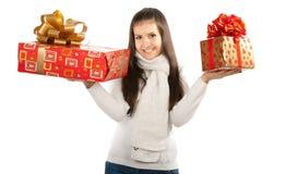 拿着两件礼物的年轻深色的女孩 图库摄影