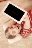 拿着个人计算机片剂的妇女 黑屏copyspace 免版税图库摄影