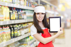拿着个人计算机片剂的微笑的超级市场雇员 图库摄影