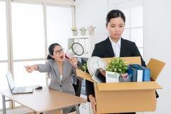 拿着个人财产箱子的企业女孩 库存照片