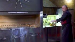 拿着串用生肉和看照相机的乌兹别克人餐馆的厨师 股票视频