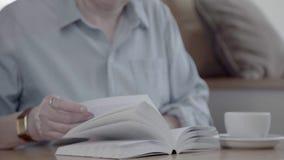 拿着书和转动页的中年妇女 股票视频