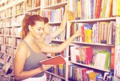 拿着书和读新的文学的少年 库存照片