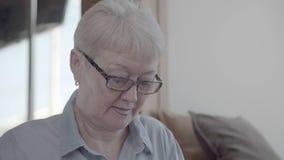 拿着书的一名成熟和中年妇女的手 股票录像