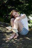 美好的妇女读书 免版税库存图片