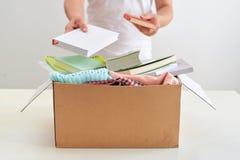 拿着书的人捐赠箱子 捐赠概念 免版税库存照片