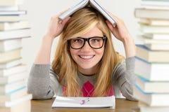 拿着书的微笑的学生少年顶上 库存图片