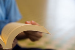 拿着书读者的女孩 图库摄影