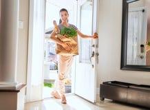 拿着买菜袋子的妇女 免版税图库摄影