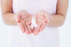 拿着乳腺癌了悟的妇女桃红色丝带 库存照片