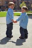 拿着二个年轻人的兄弟现有量 免版税库存图片