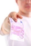拿着五百欧元banknotebankn的年轻人 库存图片