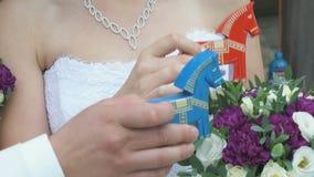 拿着五颜六色的木马玩具的已婚夫妇 影视素材