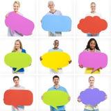 拿着五颜六色的讲话泡影的不同的人 免版税图库摄影