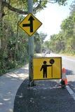 拿着交通的人的标志委员会路牌改变 库存图片