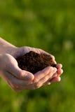 拿着人员土壤的现有量 库存图片