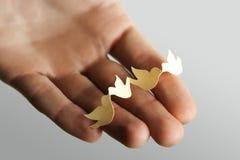 拿着人类本性纸张的鸟概念保护 图库摄影
