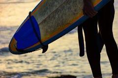 拿着他的冲浪板的人细节 免版税库存照片