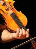拿着他的小提琴和弓的音乐家的特写镜头 库存照片
