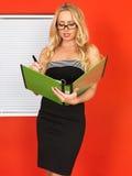拿着企业文件的年轻专业办公室工作者 库存照片