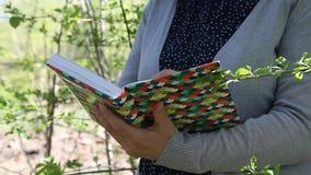 拿着企业日志和写下某事的女性手 影视素材