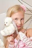 拿着伞和婚姻女用连杉衬裤的小女孩 免版税库存图片
