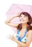 拿着伞和拿着玻璃的少妇 免版税库存图片
