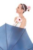 拿着伞和花的俏丽的新娘妇女 免版税库存图片