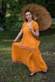 拿着伞的传统印地安衣裳的妇女 免版税库存图片