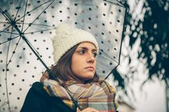 拿着伞的女孩在一个秋天雨天 库存图片