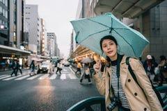 拿着伞的妇女在雨天 库存图片